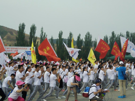 1500名长跑爱好者做赛前预热