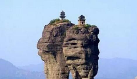 中国最牛的两座房子,悬立在河北深山巨石上