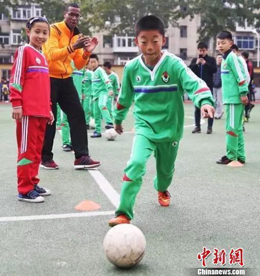 """秦皇岛""""农民工子弟小学""""足球队队员走向国际赛场"""