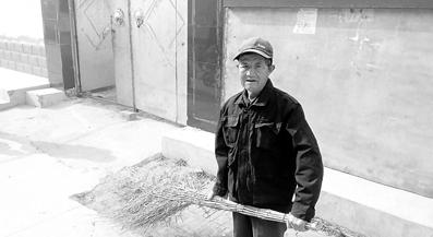 义务为村民打扫街道的84岁老党员朱玉周。