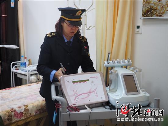 廊坊市卫生计生委综合监督执法局工作人员对涉及非法医疗美容案件的仪器进行暂扣。