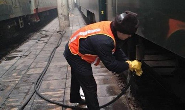 春运中的铁路上水工:冻得骨头都疼