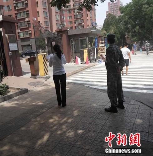 北京一小区保安穿军装站岗 物业公司拒回应