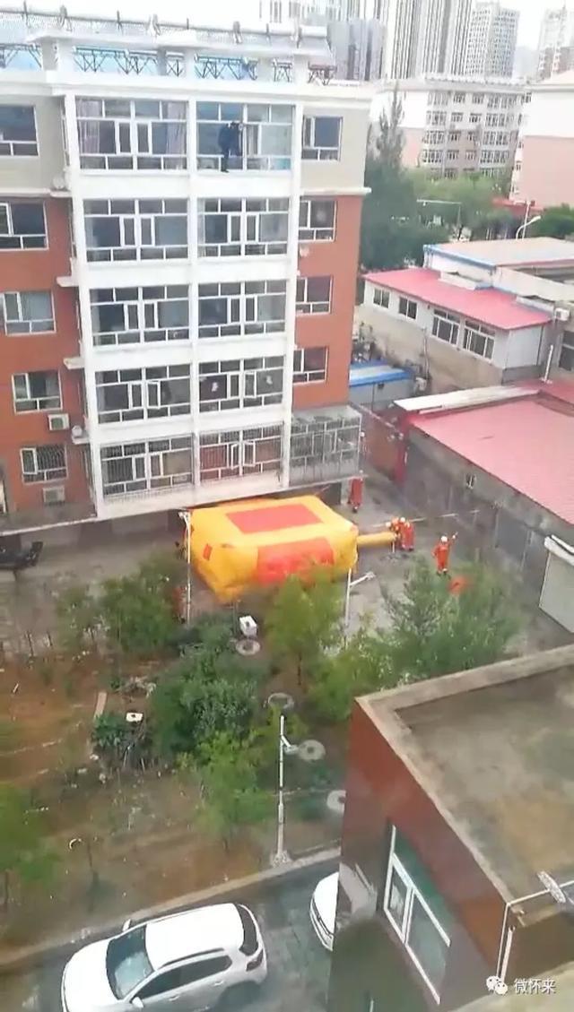 张家口一男子欲跳楼,消防战士架救生气垫营救