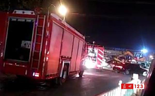 霸州消防车夜晚被堵