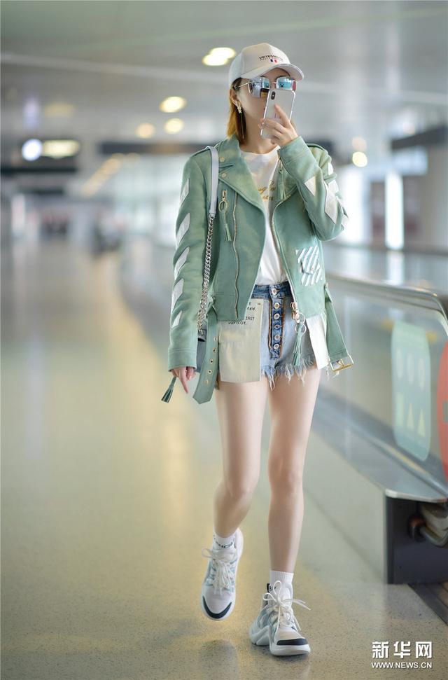 景甜浅色look现身机场 与粉丝暖心互动