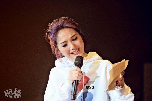 杨千嬅读粉丝信感动大哭 歌迷复健先写偶像名字
