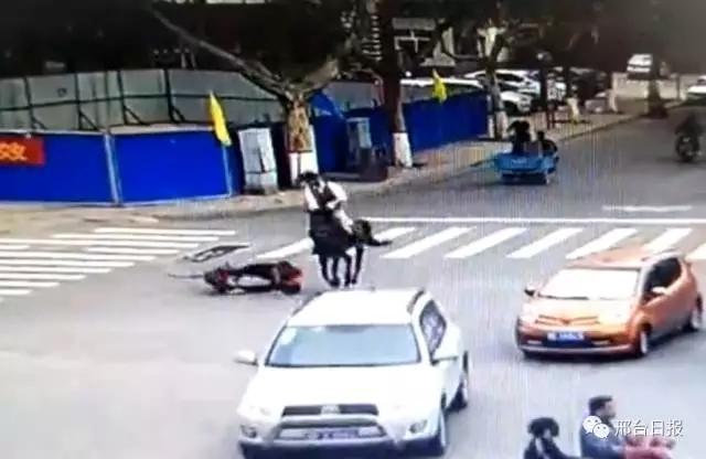 一男子在钢铁路上策马奔驰,结果把行人给撞了