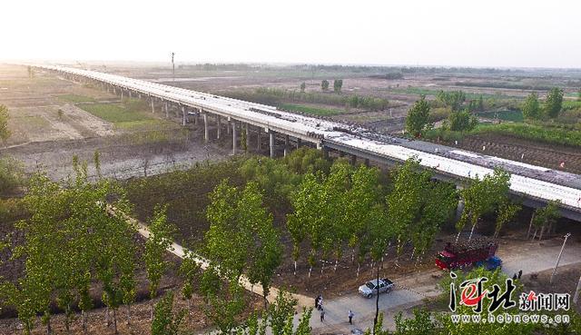 曲港高速公路潴龙河特大桥主体工程顺利完工