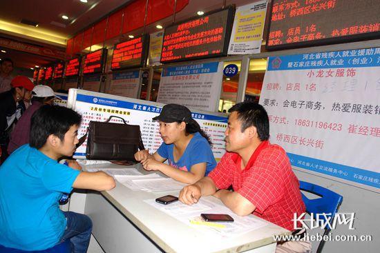 就业人员正在与用人单位洽谈。刘世军 摄
