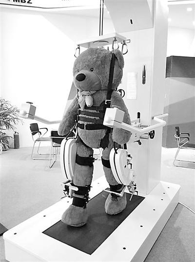 下肢康复机器人. 本报记者 孟洁 摄-康复机器人 辅助患者锻炼