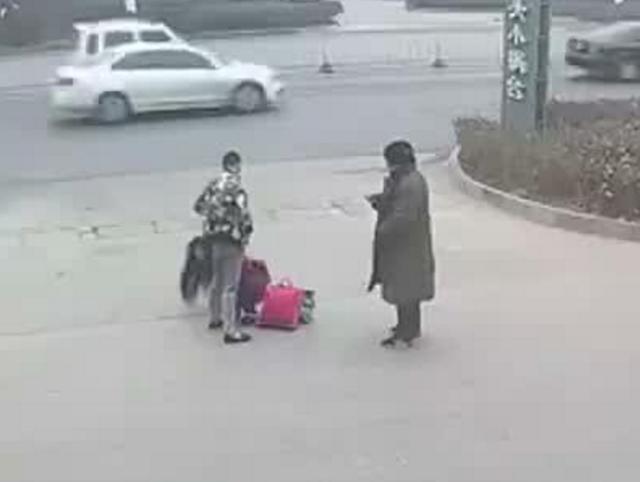 保定一男子当街殴打女朋友 围观群众挺身相助