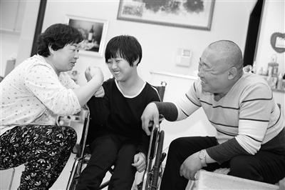 河北沧县夫妇收养脑瘫弃儿,十三年不离不弃
