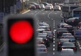迁安一司机等红灯时玩手机 急煞后方驾驶员