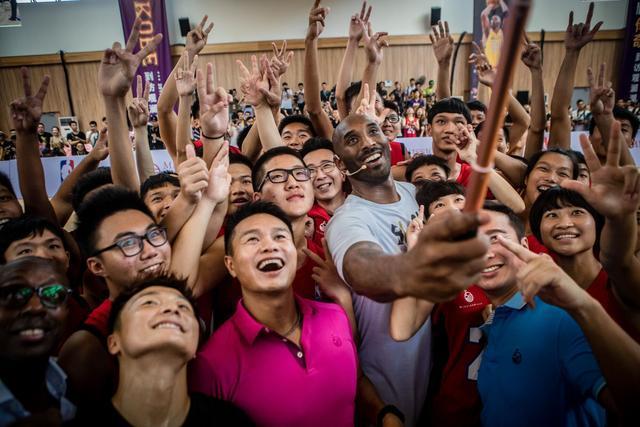 科比中国行海南站互动球迷 称加索尔是最佳队友