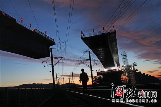京张高铁怀来县土木跨大秦铁路特大桥转体对接成功图片