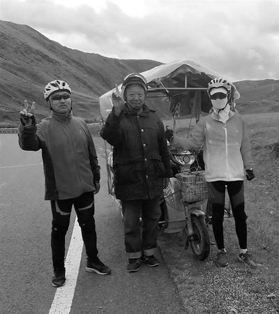 石家庄古稀老人只身骑行游西藏