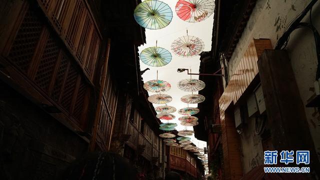 来丽江古城邂逅漫天油纸伞