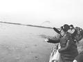 环保志愿者为衡水湖鸟儿投食