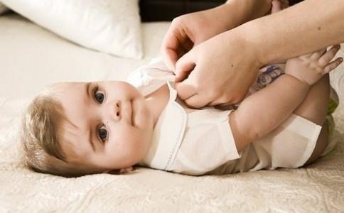 该如何给宝宝穿衣 春季宝宝穿衣搭配 如何帮宝宝穿衣服
