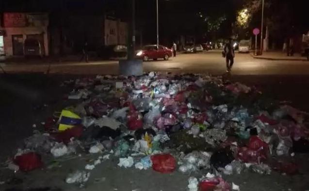 唐山一小区物业跑了 小区两个门口堆满垃圾