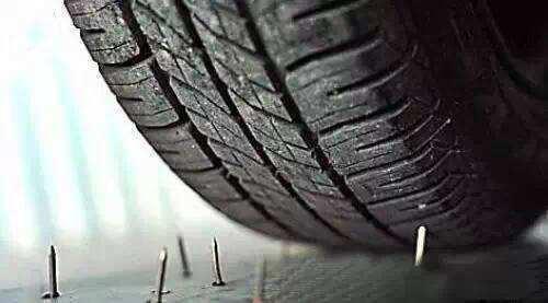 汽车轮胎扎进钉子 原来正确做法是这样的