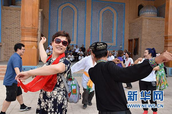 上海援疆旅游包机筑就沪喀融情之路