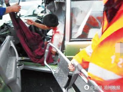 沧州两大货车相撞,3人被困1人不幸死亡