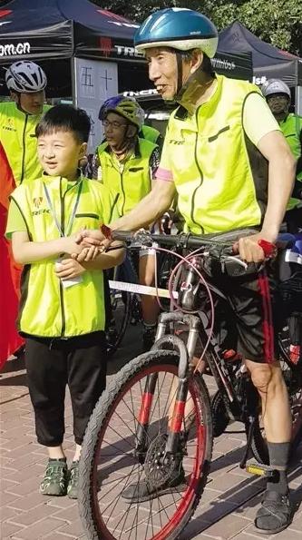 """唐山""""独行侠""""李跃中 19年骑游147个国家"""