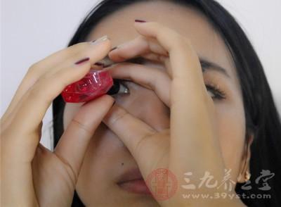 使用眼药水不宜超过一星期,否则对眼睛副作用大