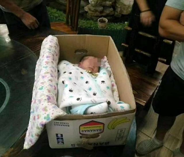 河北一名仨月大女婴被装水果箱遗弃