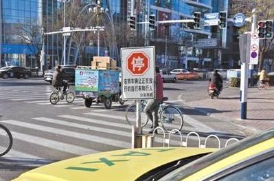 """唐山市部分路口设置""""停车让行""""标志"""