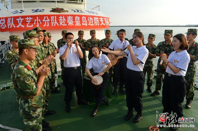 7月31日,文艺小分队队员为秦皇岛边防支队官兵表演文艺节目.