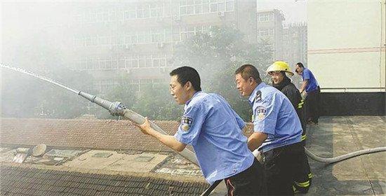 衡水市区一平房突然起火 消防官兵紧急救援