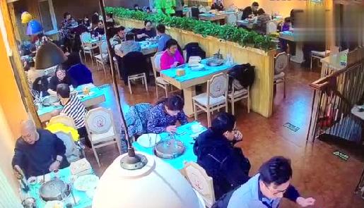 唐山一市民吃饭时钱包被偷 监控拍下全过程