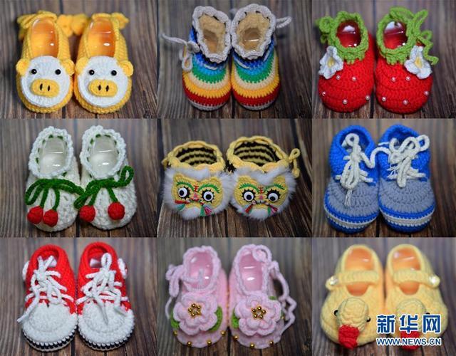 这是河北省沙河市西毛村村民编织的毛线鞋(1月15日摄)。 近年来,沙河市西毛村引导农村妇女学习手工编织毛线鞋,帮助她们实现家门口就业增收。这里制作的毛线鞋有生肖、卡通等图案造型数十个品种,通过电商网络销售到全国各地。 新华社发(陈雷 摄)