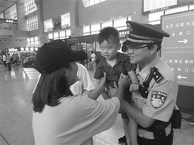 妈妈回身取行李 三岁男童落站台