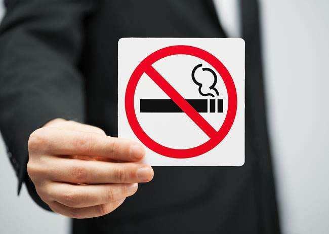 志愿者在金夢海灣度假區勸導禁煙