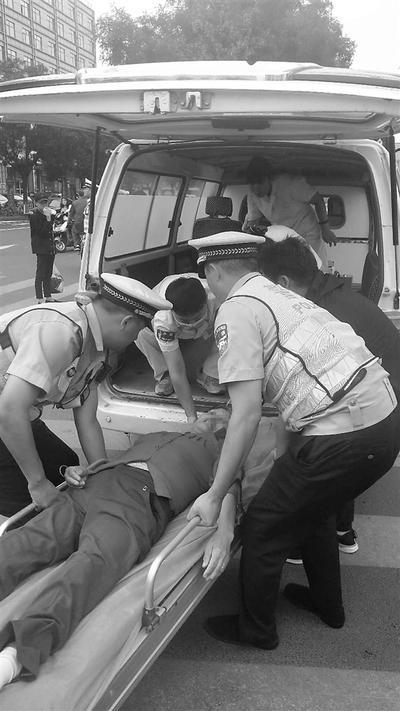 老妇人昏倒马路中央 承德县交警倾力相助