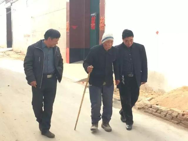 ▲ 马建波(左)、马建春(右)搀扶叔叔散步