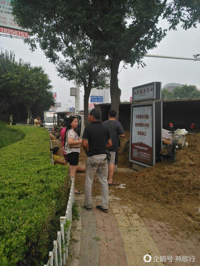 廊坊燕郊发生严重车祸,4车相撞电动车被埋!
