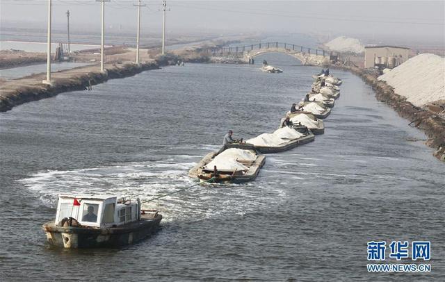 唐山曹妃甸南堡盐场运输河道内一片繁忙