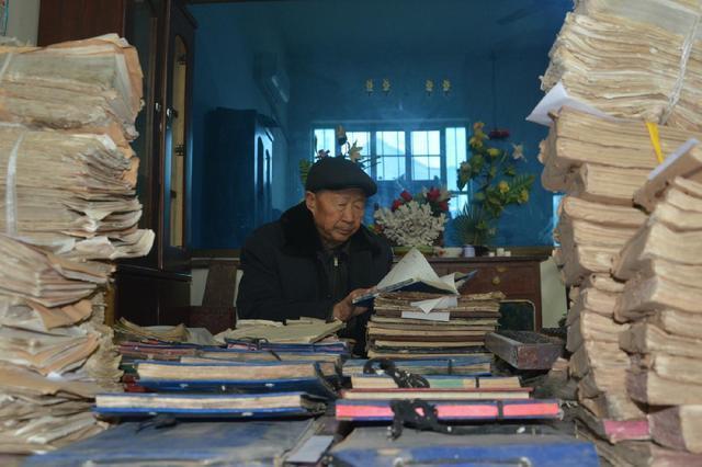 河北:七旬老人保存老帐本510余册