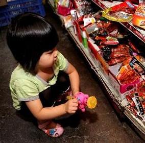 """北京治理""""五毛零食"""" 将严格儿童食品准入"""