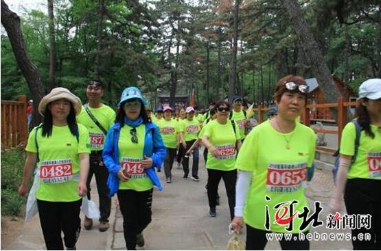 京津冀千名徒步爱好者穿越避暑山庄