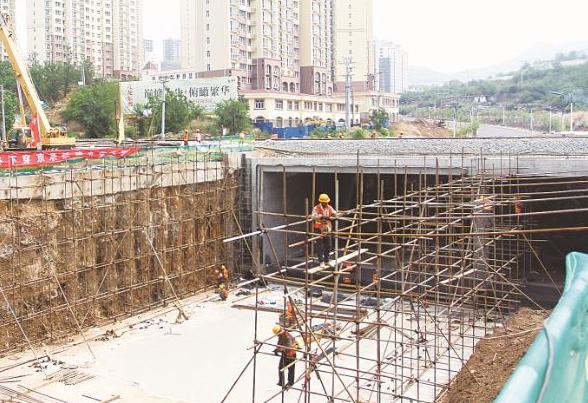 承德:市區大石廟東山道路工程緊張施工中