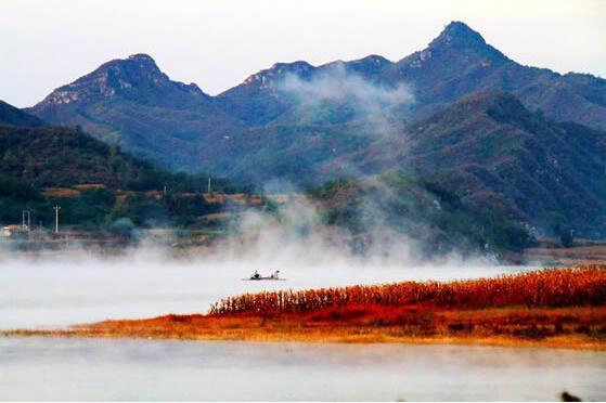 晨曦中的易水湖。图片来源于网络