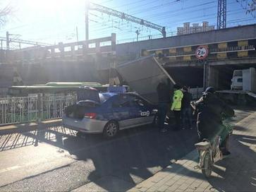 解放桥下货车司机忽略限高 箱体散落压住出租车