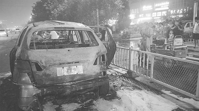 衡水市主城区榕花北大街上一奔驰车自燃