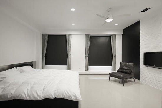 设计重点:不锈钢床头添新潮    点评:拿掉多余彩度,以纯粹的黑白穿